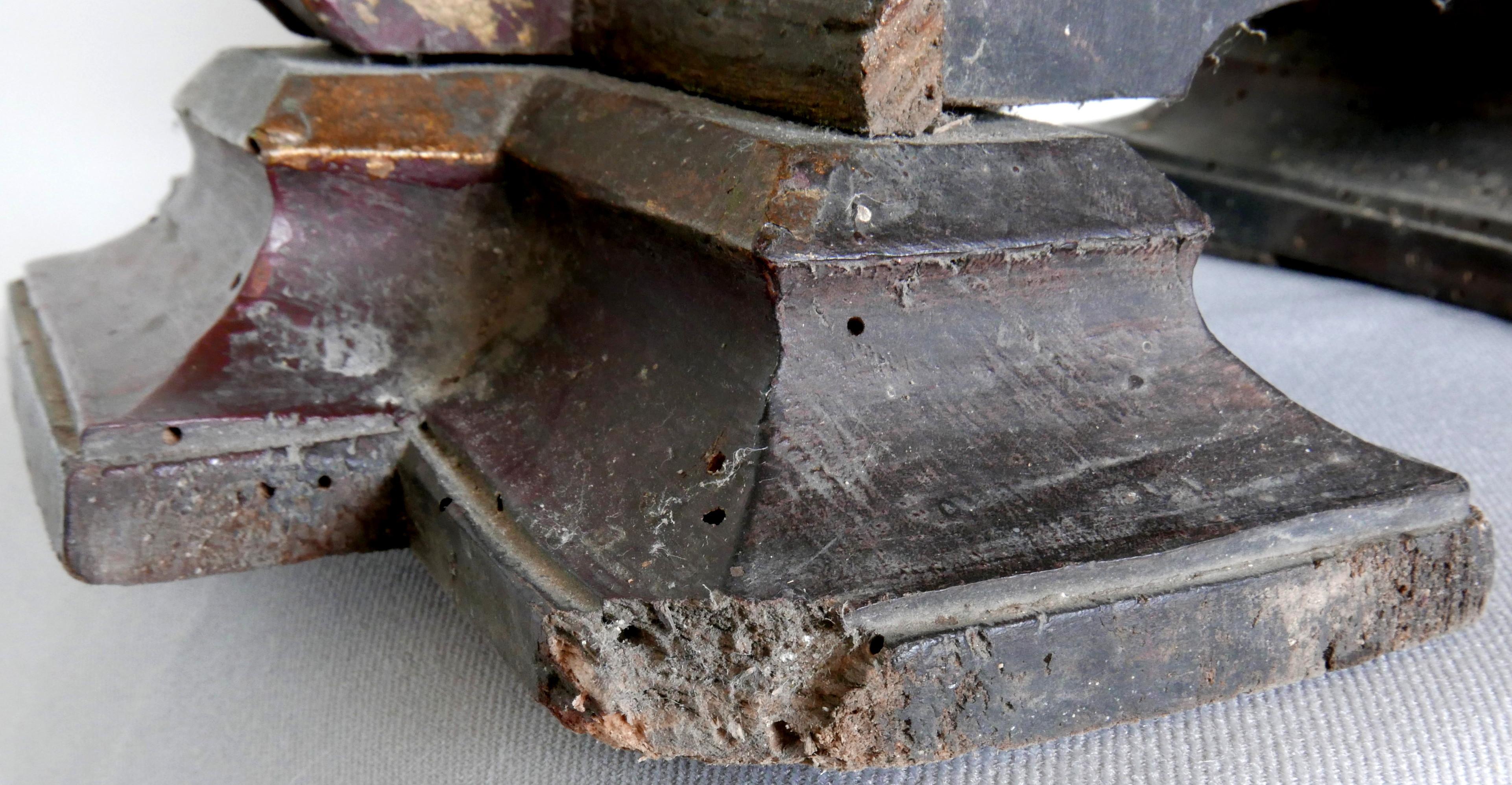 11.Zniszczenia drewna cokołu -owady